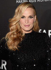 Molly Sims attended the amfAR Inspiration LA Gala wearing a gorgeous wavy 'do.