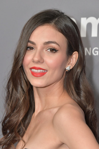 Victoria Justice glammed up with this loose wavy hairstyle for the amfAR New York Gala 2019.