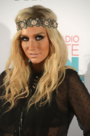 Kesha's long waves looked hippie cool on the singer.