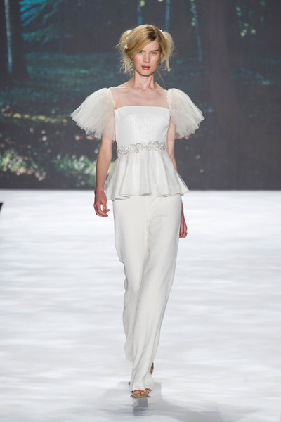 http://www4.pictures.stylebistro.com/it/Badgley+Mischka+Spring+2013+d92Vt0-M39ml.jpg