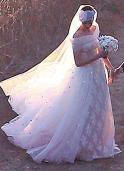 Anne Hathaway Wedding.Anne Hathaway Celebrity Wedding Dresses Stylebistro