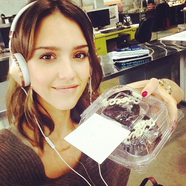 Jessica Alba Listens to Some Tunes - The Week's Most ...