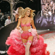 2008—Doutzen Kroes Turns Heads in Ombré Feathers