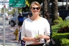 Kate Upton Grabs Juice on the Go