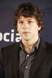 Jesse showed off his relaxed curled hairstyle while hitting 'The Social Network' photo call.