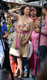 Ashley Judd appeared on 'Extra' wearing a lovely floral sundress and a pair of strappy gold sandals.