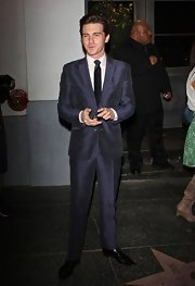 Drake Bell looked quite dapper in this navy blue raw silk suit.