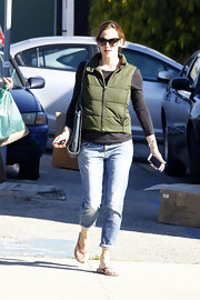 Jennifer looked comfy, cozy in a pair of faded boyfriend jeans.