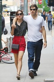 Keira strolled the streets with her beau conveniently carrying her things in this cross-body bag.