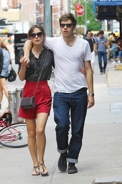http://www4.pictures.stylebistro.com/pc/Actress+Keira+Knightley+fiance+James+Righton+vy_WluXD3zUl.jpg