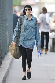 Agyness paired her casual leggings with a paint spattered button down shirt.