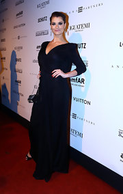 Alinne Moraes showed off her curves in this figure-flattering gown, featuring three-quarter-length sleeves and a flowing skirt.
