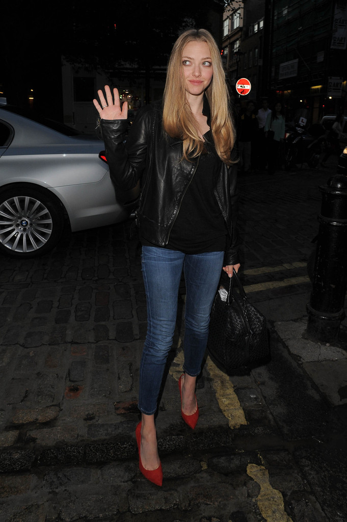 Amanda Seyfried Grabs Dinner in London