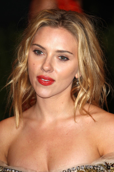 More Pics of Scarlett Johansson Dangling Diamond Earrings (4 of 13) - Scarlett Johansson Lookbook - StyleBistro