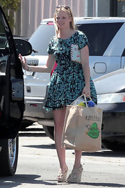 Amy Smart donned nude espadrille wedges with her flirty green abstract print dress.