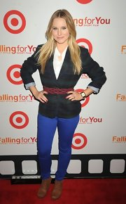 Kristin Bell's burgundy belt was the perfect pop of a contrasting color to her plaid blazer and bright blue jeans.