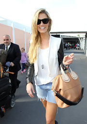 Delta Goodrem topped off her traveling ensemble with a cool pair of wayfarer sunglasses.
