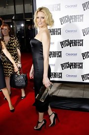 Elizabeth Banks paired her slim-fitting LBD with a metallic hard case clutch.