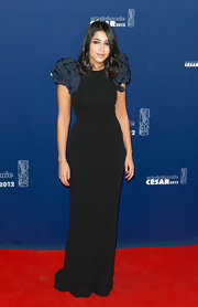 Leila Bekhti arrived at the Cesar Awards in a black evening dress with puffed sleeves.