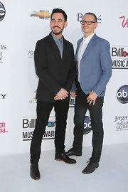 Chester Bennington paired black skinnies with a blue blazer at the Billboard Music Awards.