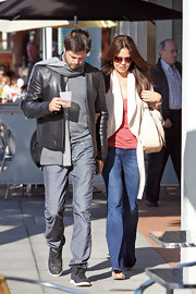 Brooke Burke accessorized a casual, yet feminine ensemble with a neutral leather bag.