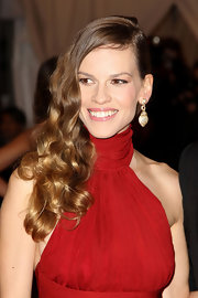 Hilary Swank completed her glam look at the Met Gala with a pair of 1970s diamond pendant earrings in gold.