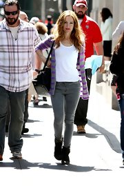 Leslie Mann stuck to gray skinny jeans to pair with her tee and cardigan.