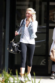 A pair of workout leggings topped off Cameron Diaz's casual and cool look.