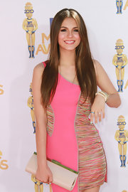 Victoria Justice paired her bright pink dress with an on trend nude clutch.