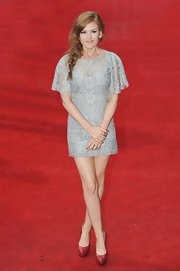 Isla Fisher looked demure on the red carpet in this sweet lace dress.