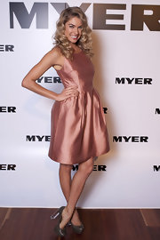 Jessica Hart contrasted her lovely rose metallic frock with olive platform pumps with clear lucite heels.