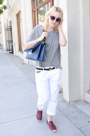 Dakota chose a basic gray tee to pair with her cuffed white trousers.
