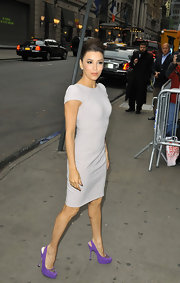 Eva Longoria paired her lovely dove gray frock with sexy purple slingbacks.