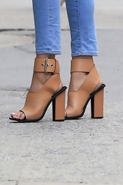 Doutzen rocked a pair of brown leather, buckle sandals with her skinny jeans.