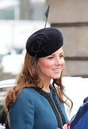 If there's one thing we know for sure, it's that no one can pull off a hat quite like Kate Middleton. Take for instance, this gorgeous black beret with feather embellishment that the Duchess wore while out with the Queen Mum.