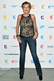 Natacha showed off her long and lean legs with a pair of classic jeans.