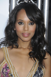 Kerry Washington always leaves us in awe when she steps onto the red carpet. The actress attended the premiere of 'For Colored Girls' where she showed off her side swept long curls.