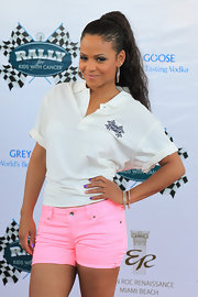 Christina Milian paired er casual look with a high ponytail cull of lose waves.