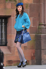 True to form, Leighton's character Blair Waldorf accessorized an all blue outfit with a matching leather chain strap purse.