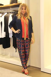 Fergie paired a navy blazer over a peach blouse for a sophisticated maternity look.