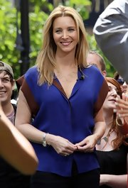 Lisa Kudrow wore a casual yet chic two-tone short-sleeve button-down when she appeared on 'Extra.'