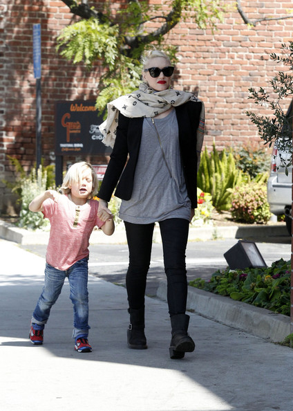 More Pics of Gwen Stefani Patterned Scarf (1 of 19) - Gwen Stefani Lookbook - StyleBistro