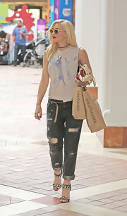 Gwen's ripped boyfriend jeans had a cool and edgy feel while out shopping.