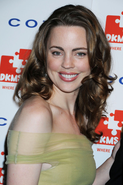 Melissa George paired her off-the-shoulder dress with simple shoulder length curls.