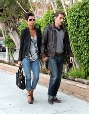 Halle's fitted capri jeans showed off all her best assets—including those chic shoes!