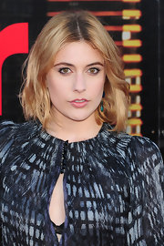 Greta Gerwig wore her shoulder-length locks in choppy layers with a center part at the premiere of 'Arthur.'