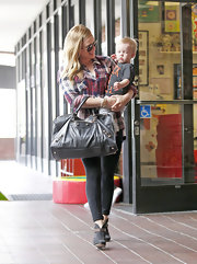 As a busy mom and actress, it's no wonder Hilary Duff needs an over-sized bag like this black tote.