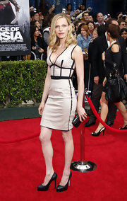 Rachel Nichols looked perfect in her snug fitting dress. The black and white color combo was a perfect math.