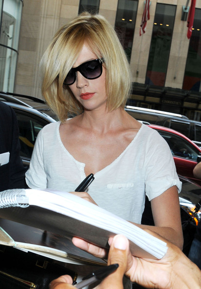 late night haircut january jones lightly layered bob modern 2974 | January Jones signs autographs fans Late Night N5 KGX2c7FHl