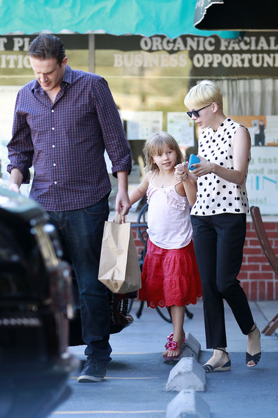 More Pics of Michelle Williams Flat Sandals (1 of 14) - Michelle Williams Lookbook - StyleBistro